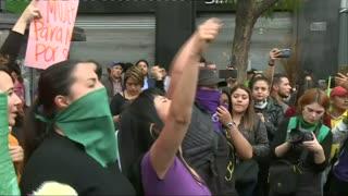Mujeres gritan su indignación frente a palacio presidencial de México tras brutal feminicidio