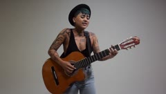 La cantante Elysanij quiere recuperar la importancia de la melodía en la música urbana