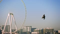 """Mira aquí como el """"hombre avión"""" vuela sobre Dubái"""