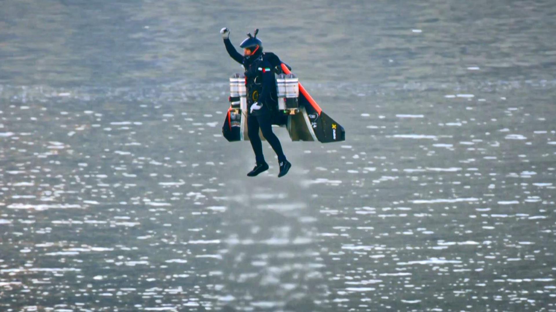 Hombre vuela como Iron Man usando alas tecnológicas
