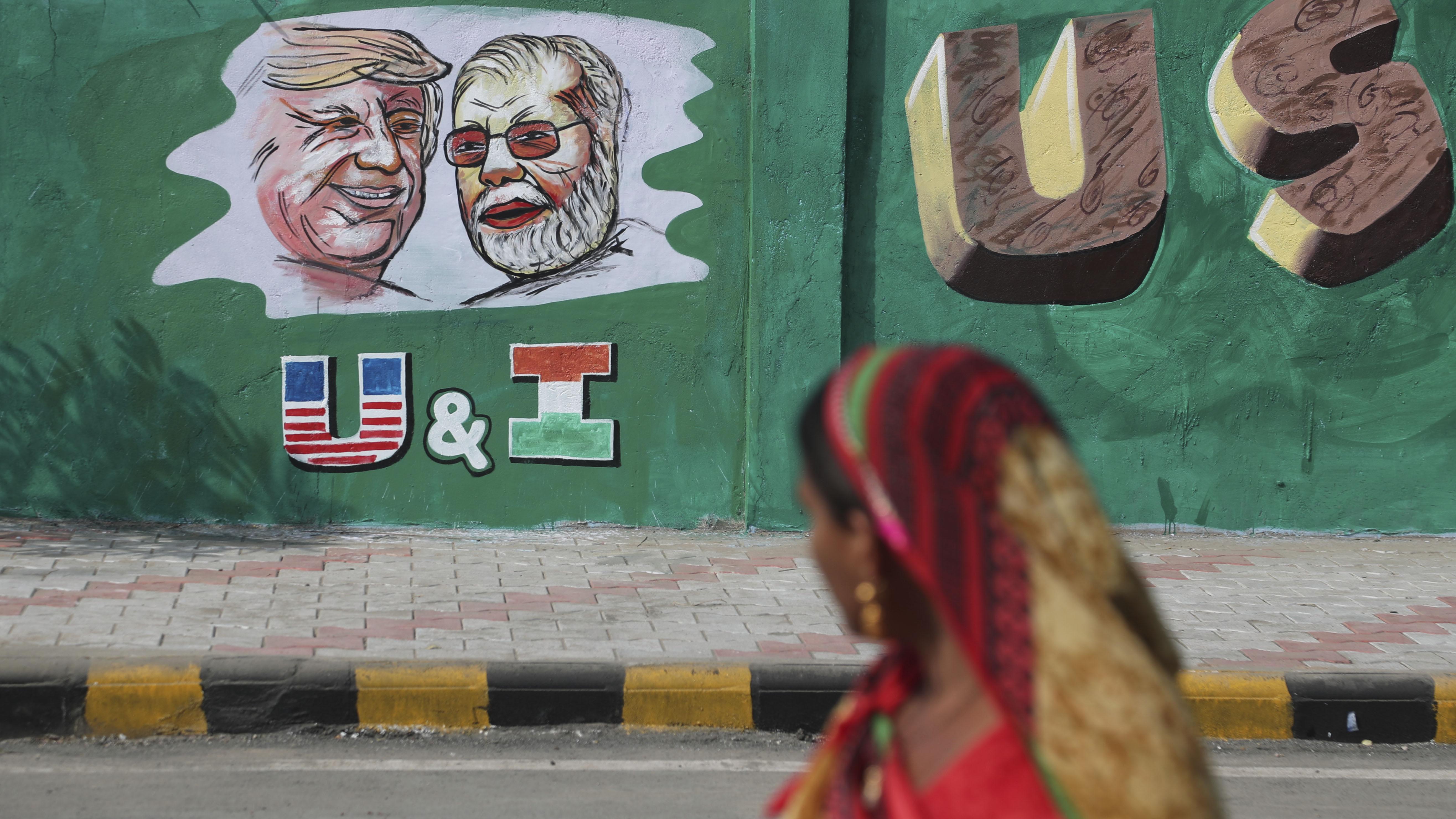 India construye muro en un barrio pobre antes de una visita de Trump