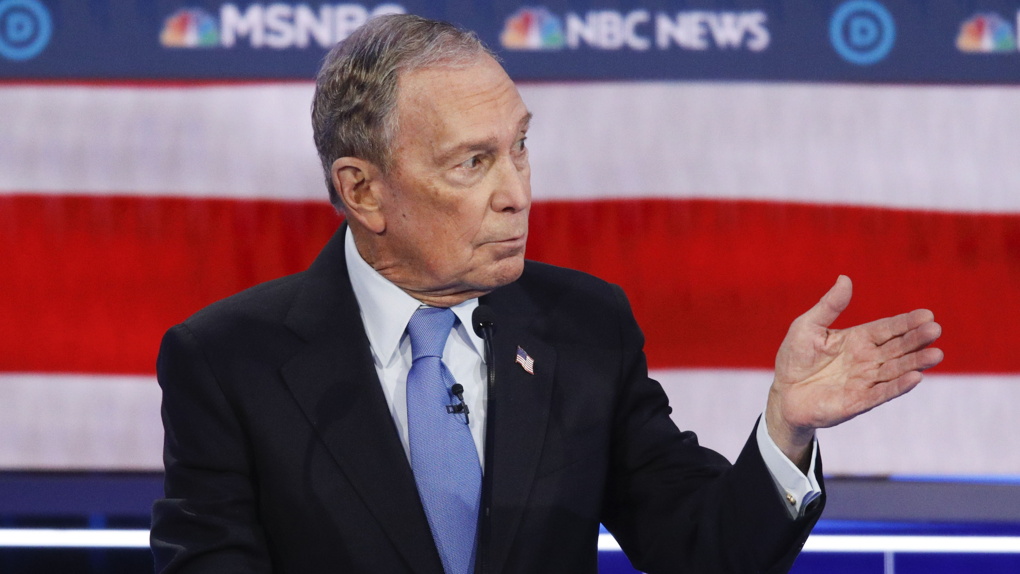 Michael Bloomberg bajo fuego cruzado en el debate demócrata