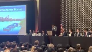 Estudiante boricua es ovacionado por su apasionado discurso en un foro de Harvard