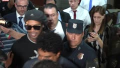 Liberan al exfutbolista brasileño Ronaldinho tras presentar un documento falso en Paraguay