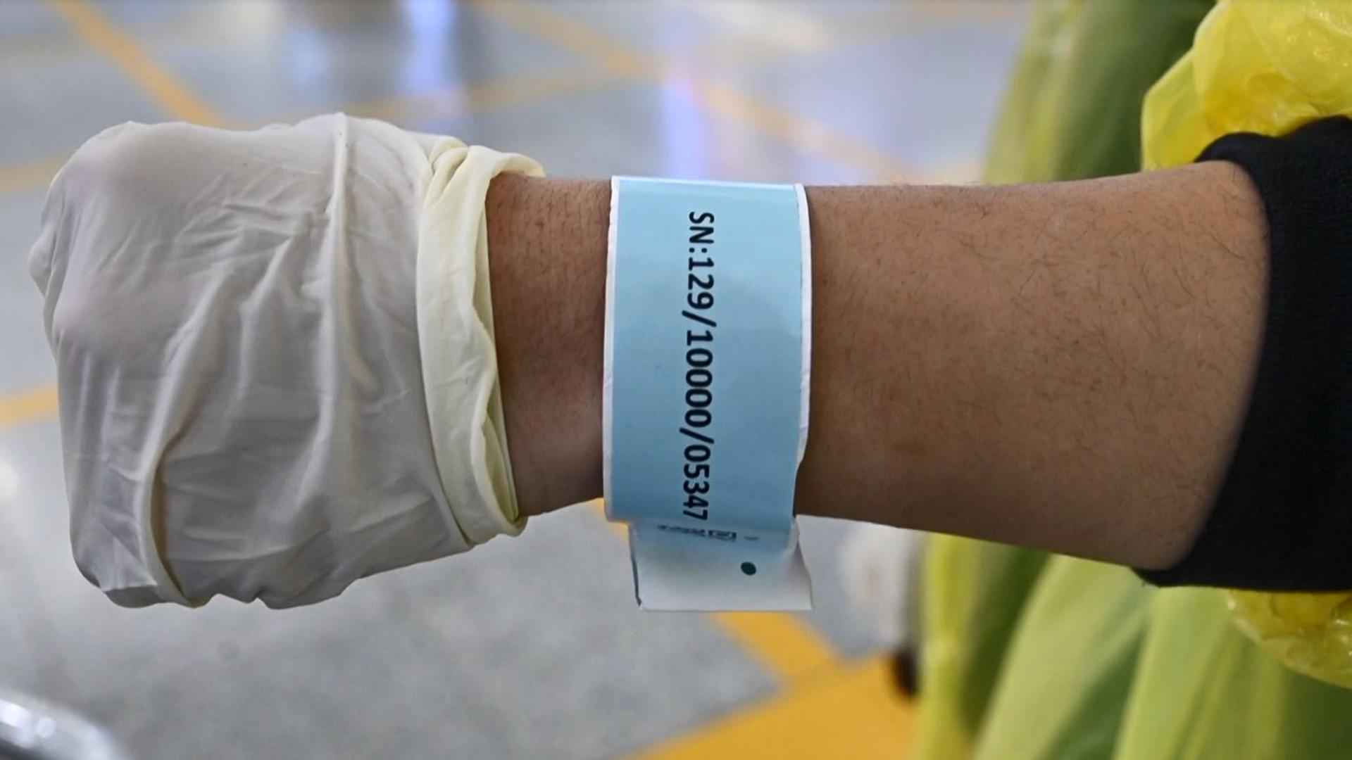 Controvesial brazalete monitorea a personas por el COVID-19
