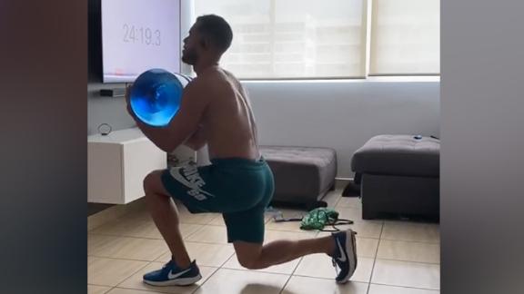 Baloncelista boricua se ejercita con un botellón de agua