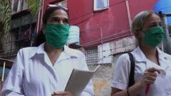 Estudiantes cubanos cazan el COVID-19, casa por casa