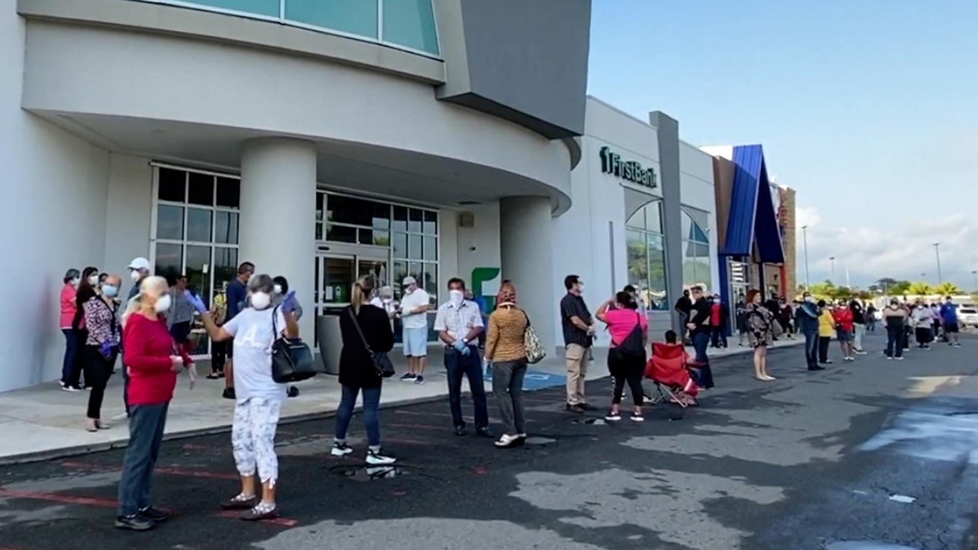 Largas filas en Caguas tras anuncio de Wanda Vázquez