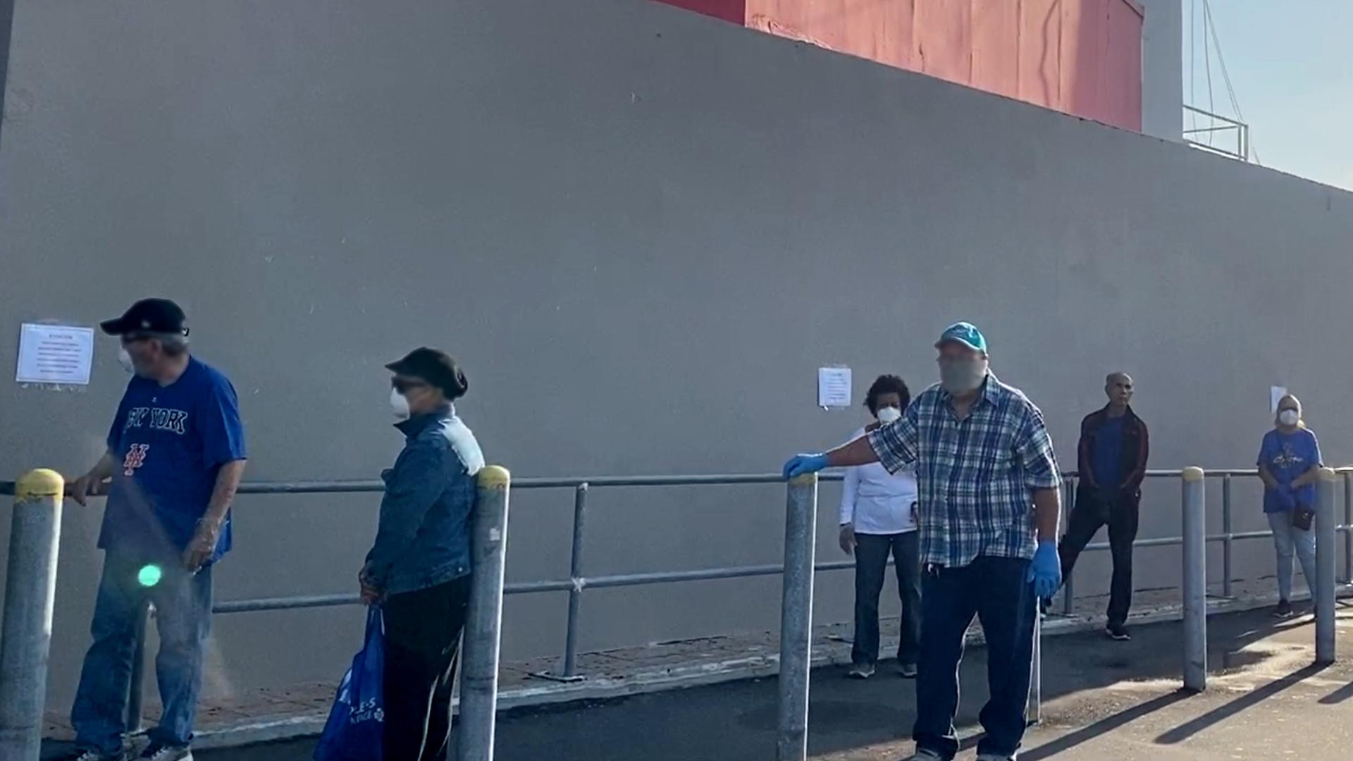 Esperan bajo el solo para hacer compras en Gurabo