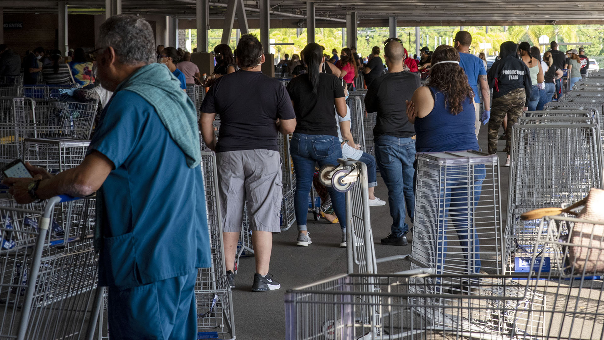 ¿Viste las extensas filas para entrar a megatiendas de San Juan?
