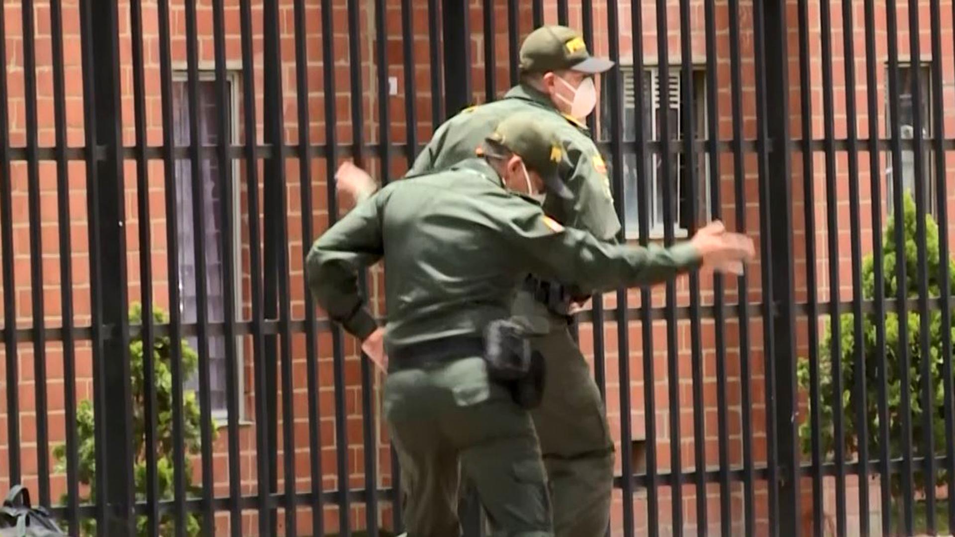Estos policías hacen zumba y sacuden las caderas en la calle