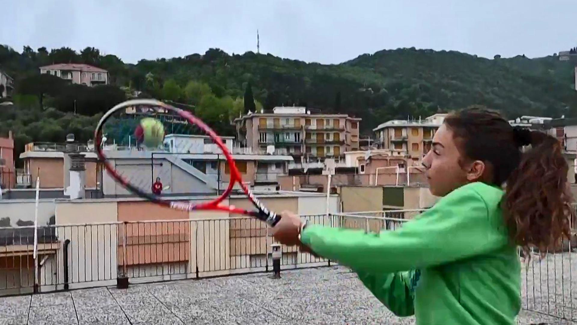 Vídeo viral de dos niñas jugando tenis desde el techo de sus casas