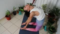 Joven boricua conquista las redes con su yoga
