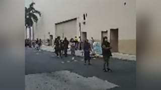 Hacen fila para entrar a Plaza Las Américas