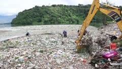 Lago queda cubierto por mascarillas, guantes y basura