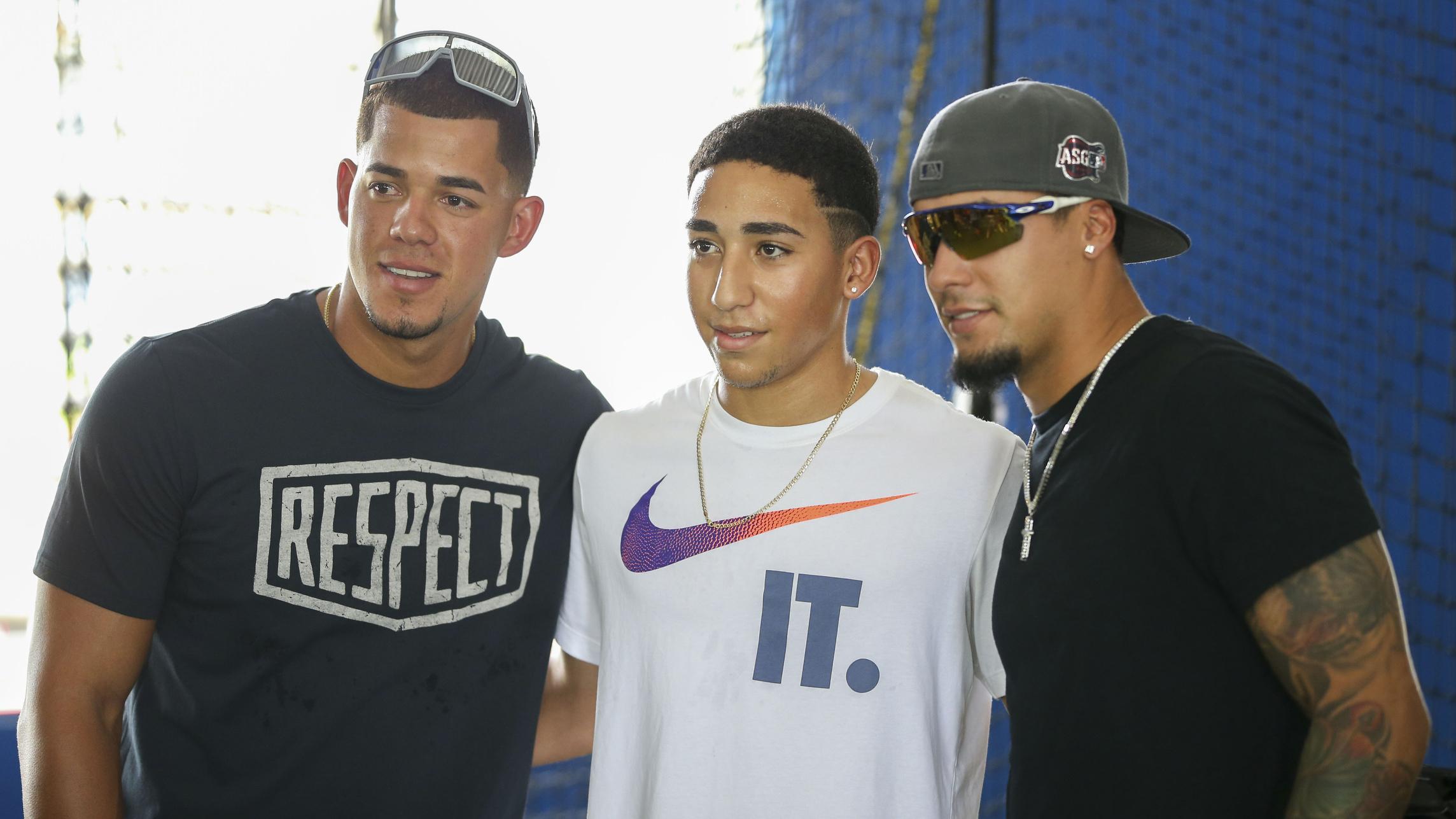 Javier Báez y José Berríos comparten con prospectos del béisbol