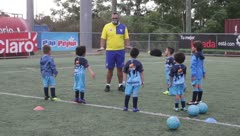 Niños vuelven al campo de fútbol en Bayamón