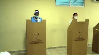 Dominicanos eligen presidente entre contagios de COVID-19