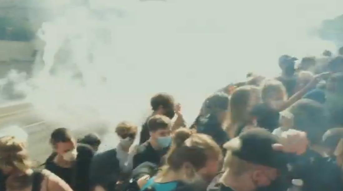 Cómo la policía de Filadelfia disparó gas lacrimógeno contra un grupo de manifestantes atrapados