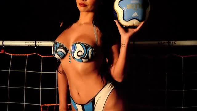 Mujeres muy bronceadas en bikinis