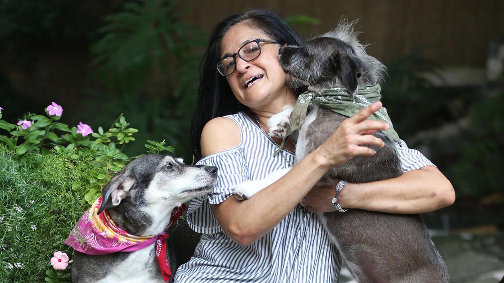 Ibet, la profesora de la UPR que salva animales y vive con 42 mascotas
