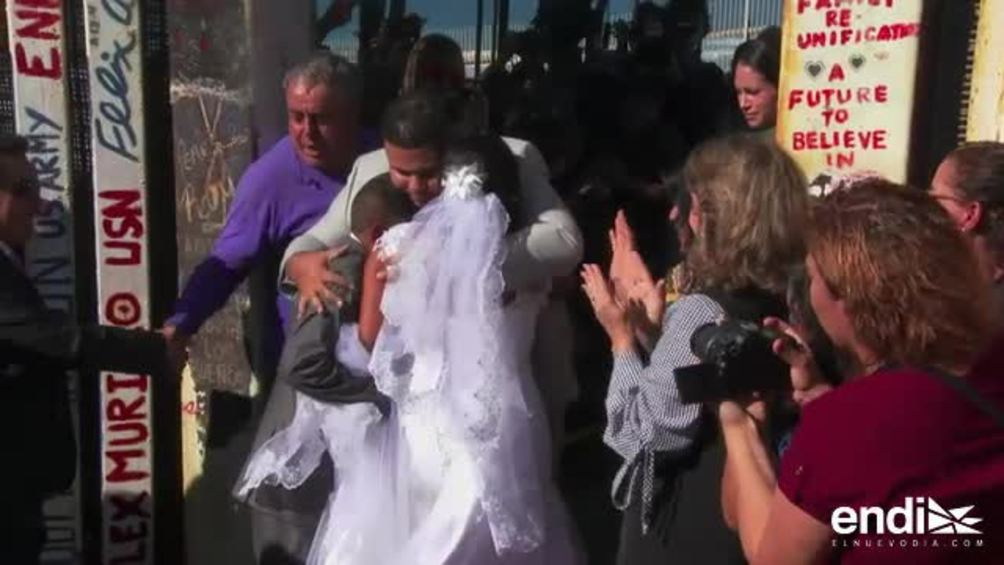 Una mexicana y un estadounidense se casan en el muro fronterizo