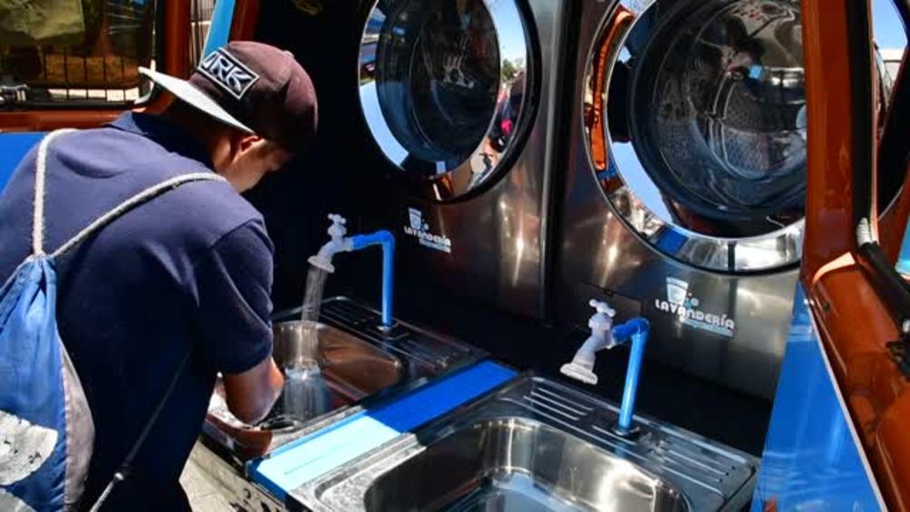 Transforman guagua en un enorme lavamanos
