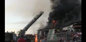 Un incendio afecta un almacén de gomas trituradas en Juncos