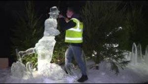 Escultores del hielo alistan sus piezas en mercado de Edimburgo