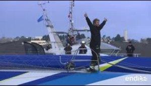 Francés bate récord de vuelta al mundo a vela en solitario