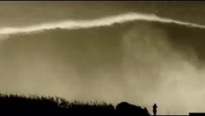Extraordinario: un surfista monta y domina una monstruosa...