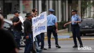 Decenas de policías exigen el pago de horas extras