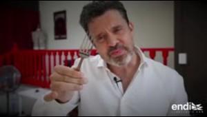 """Reynold Alexander dobla un tenedor de metal """"con la mente"""""""
