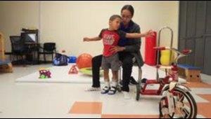Un niño de 3 años logra ponerse de pie gracias a la ayuda...