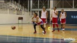 Las jugadoras de la Preselección de baloncesto muestran s...