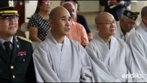 Cuatro monjes budistas viajan por veinte horas para ayuda...