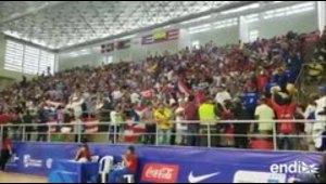 Ondean la bandera de Puerto Rico y animan al equipo de ba...