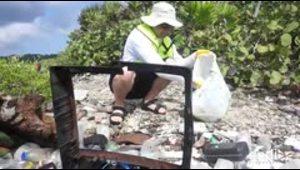 Una máquina lucha contra isla de basura en el Caribe hondureño