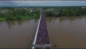 Tensa espera de migrantes en la frontera entre Guatemala y México