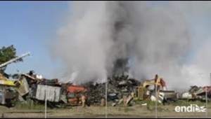 Bomberos continúan trabajando en la extinción del fuego e...