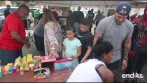 Yadier Molina entrega regalos en Dorado