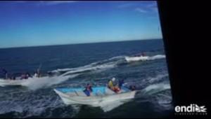 35 lanchas atacan un barco con salsa picante y lo amenazan con bombas