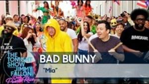"""Bad Bunny y Jimmy Fallon cantan """"MIA"""" por las calles del Viejo San Juan"""