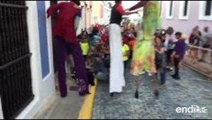 Israel Lugo se cae de sus zancos en medio de la celebración de la Calle San Sebastián
