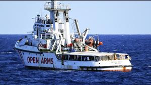 Migrantes desesperados saltan de este barco humanitario