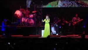 Kany García pone a todos a cantar en el Choliseo