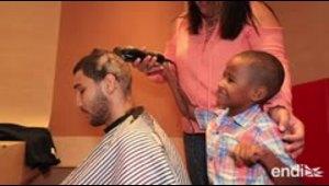 "Un niño con cáncer le rapa la cabeza a Wilfredo ""Bimbito""..."