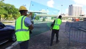Reemplazan los cristales rotos en el Coliseo de Puerto Rico