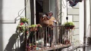 Solidaridad que sube y baja por los balcones de Napóles para batallar contra la miseria