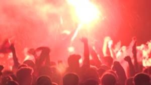 Miles celebran triunfo de Liverpool sin protegerse del CO...